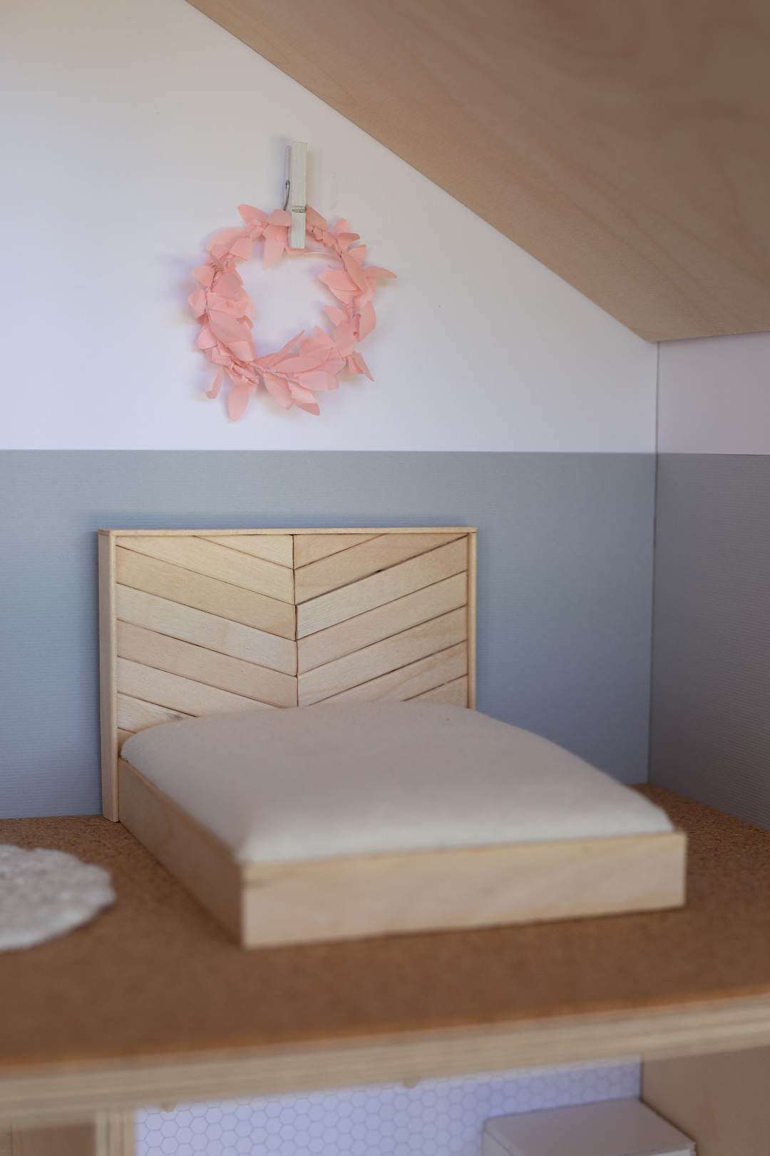 DIY Dollhouse bed made from popsicle sticks 1-12 scale