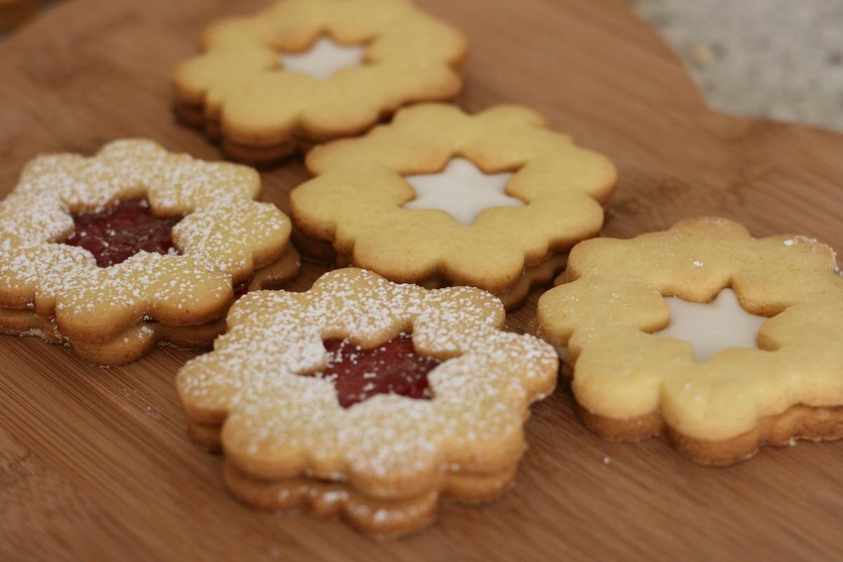 Jolly jammer biscuits – vanilla + strawberry // recipe